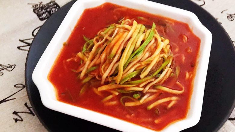 番茄炒西葫芦,番茄炒西葫芦清脆酸爽,这是一道非常美味的开胃菜,减肥降脂,超级棒!
