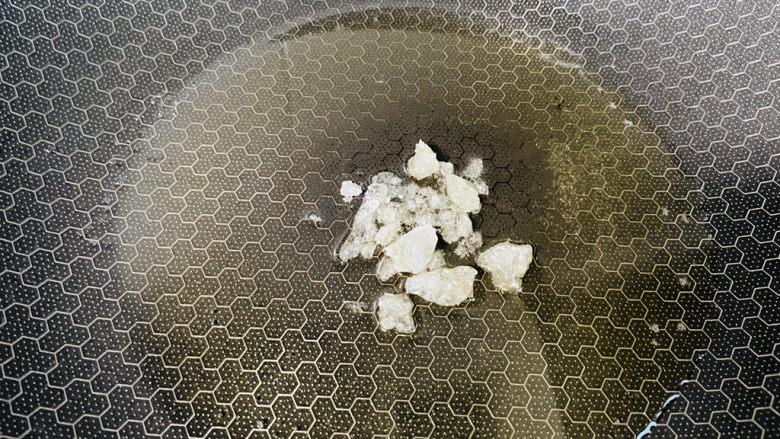 四季豆烧排骨,起油锅放入冰糖小火翻炒起泡泡