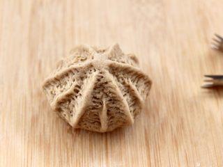 青稞蜜豆包,用面鉗隨意夾出花紋,沒有工具可以忽略此步驟。