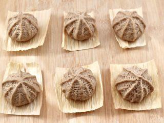 青稞蜜豆包,依次做完所有的蜜豆包,底下鋪上玉米葉。