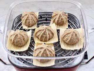 青稞蜜豆包,蒸鍋倒入適量的清水,把做好的蜜豆包放入蒸鍋進行二發。