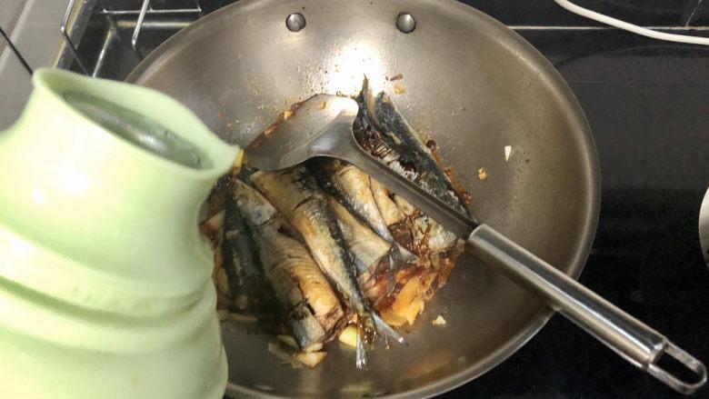 红烧秋刀鱼➕ 照日深红暖见鱼,加入适量热水,没过鱼身