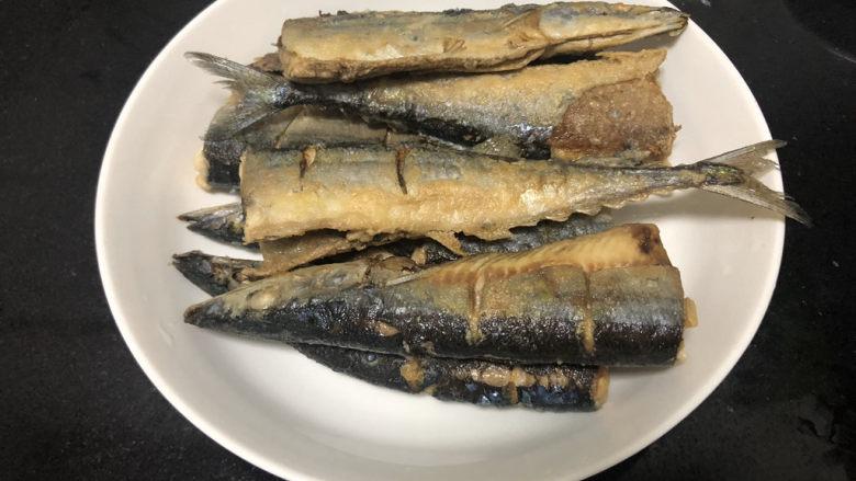 红烧秋刀鱼➕ 照日深红暖见鱼,沥油盛出备用
