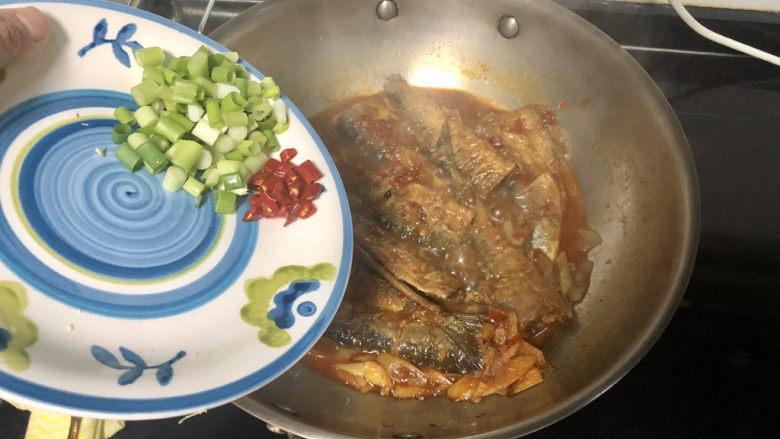 红烧秋刀鱼➕ 照日深红暖见鱼,汁收的差不多,加入葱末小米辣,再煮半分钟