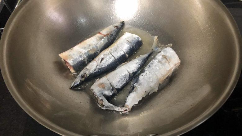 红烧秋刀鱼➕ 照日深红暖见鱼,热锅后,加适量食用油,鱼两面拍上生粉,中火放入鱼煎制