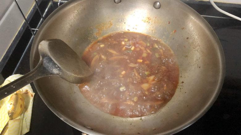 红烧秋刀鱼➕ 照日深红暖见鱼,如果觉得汤汁不够浓郁,可以再收收汁