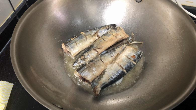 红烧秋刀鱼➕ 照日深红暖见鱼,不要急着翻面,晃动锅鱼可以轻松滑动,翻面,两面煎到焦黄,