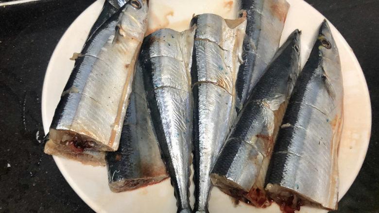 红烧秋刀鱼➕ 照日深红暖见鱼,秋刀鱼肉比较厚,如果想烧的更入味,可以在肉厚的部位切花刀