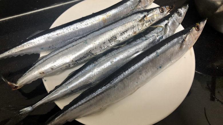 红烧秋刀鱼➕ 照日深红暖见鱼,某宝购买,昨天下单,今天就到了,一共12条,有两条鱼皮有点破,其他都很结实很新鲜。今天烧4条。
