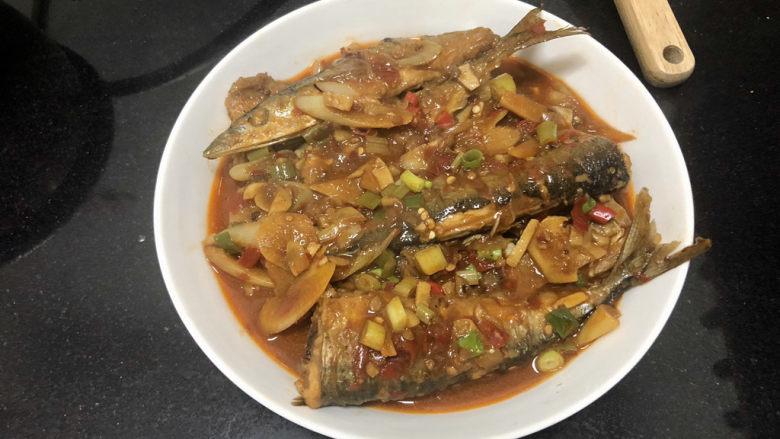 红烧秋刀鱼➕ 照日深红暖见鱼,把汁浇在鱼身上,端上桌享用吧😄