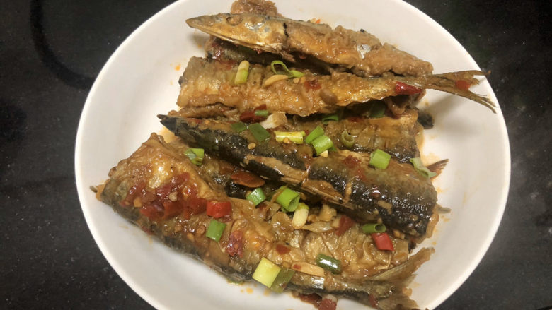 红烧秋刀鱼➕ 照日深红暖见鱼,先把鱼盛出
