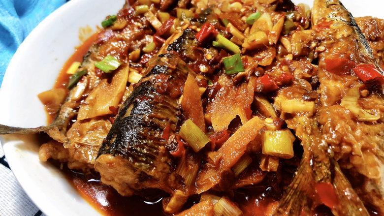 红烧秋刀鱼➕ 照日深红暖见鱼,这道红烧秋刀鱼,做法简单,鱼肉咸鲜入味,营养美味,喜欢的小伙伴们一起来试试吧。
