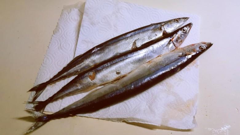 干煎秋刀鱼,腌制好的鱼放到厨房用纸上 吸收多余的水分