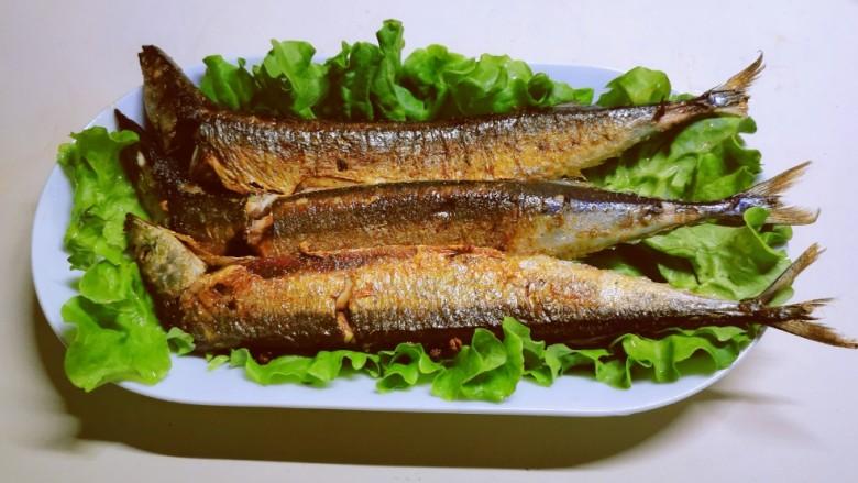 干煎秋刀鱼,全部煎好后取出放到生菜叶子上