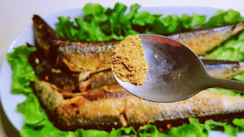 干煎秋刀鱼,撒上椒盐