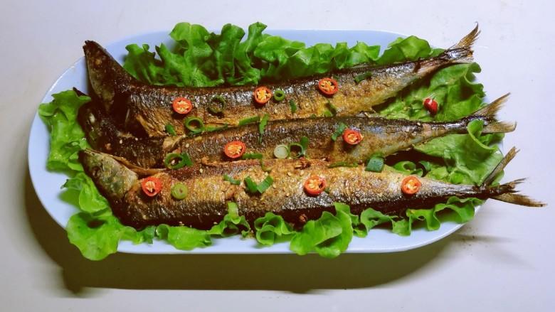 干煎秋刀鱼,撒上红尖椒和小香葱