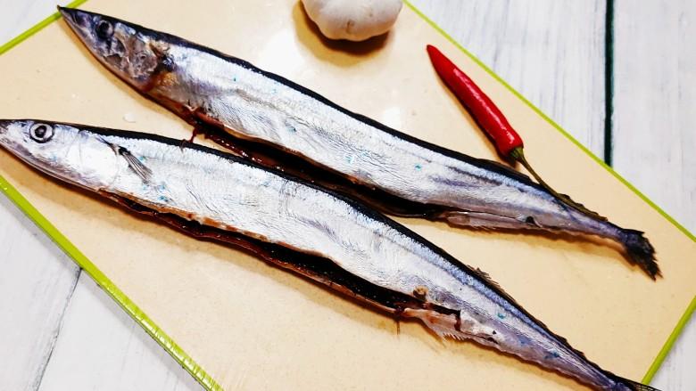 干煎秋刀鱼,化冻后剖去秋刀鱼肚子中的杂质