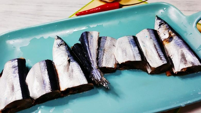 干煎秋刀鱼,将秋刀鱼切成块