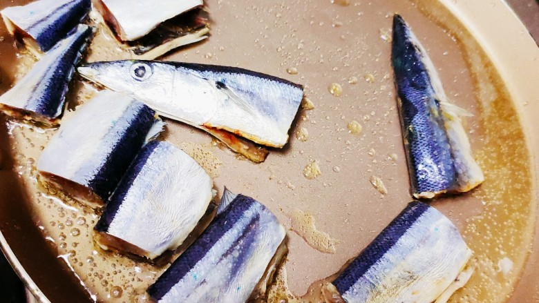 干煎秋刀鱼,油热后放入秋刀鱼