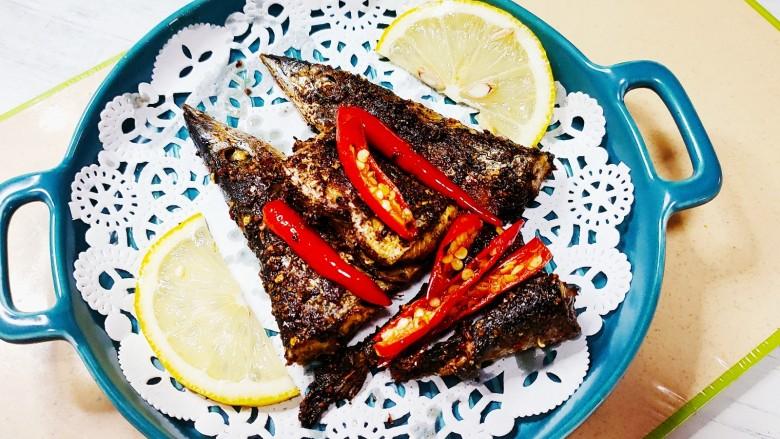 干煎秋刀鱼,加入两片柠檬去腥味