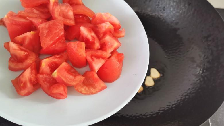 番茄炒西葫芦,倒入番茄煸炒片刻