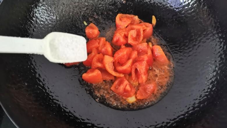 番茄炒西葫芦,炒出汤汁加入适量的盐炒匀