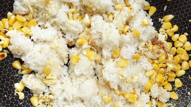 玉米炒饭,米饭翻炒均匀
