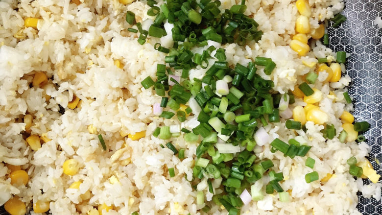 玉米炒饭,放入葱花