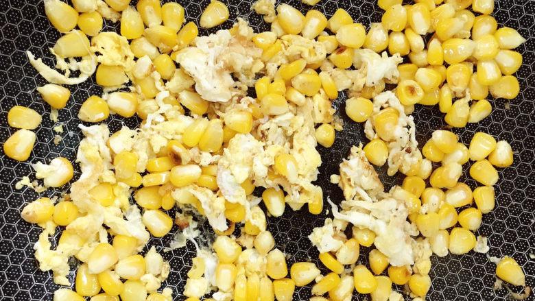 玉米炒饭,加入少许清水盖上锅盖焖熟