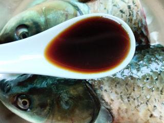 剁椒魚頭,1勺醬油拌勻腌制半小時