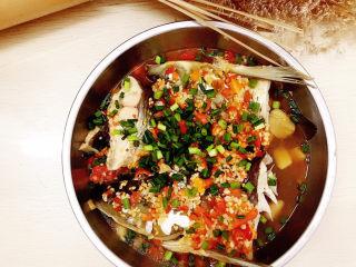 剁椒魚頭,鍋中燒油淋在魚頭上,撒小蔥末即可開吃