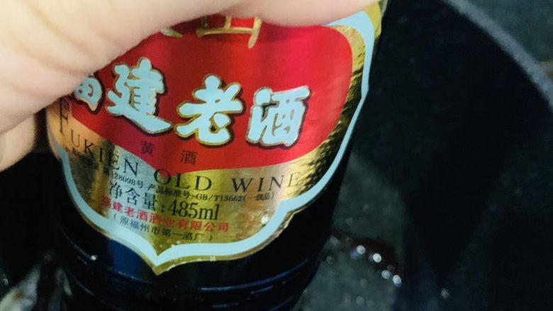 红烧秋刀鱼,加<a style='color:red;display:inline-block;' href='/shicai/ 718'>料酒</a>;
