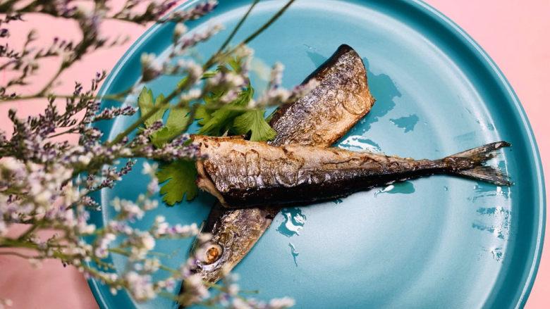 干煎秋刀鱼,具体干煎步骤如下;