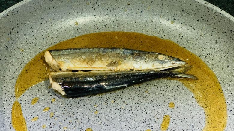 干煎秋刀鱼,小火慢煎,避免溅油;