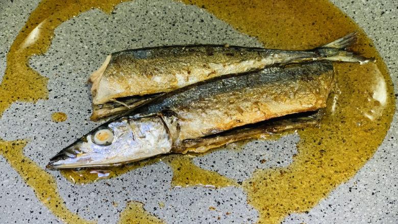 干煎秋刀鱼,一面金黄,翻另一面;