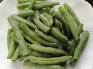 四季豆燒排骨,將四季豆對半折斷