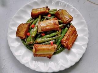 四季豆燒排骨,裝盤放上辣椒點綴