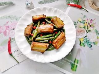四季豆燒排骨,拍上成品圖,一道美味又營養的排骨燒豆角就完成了。