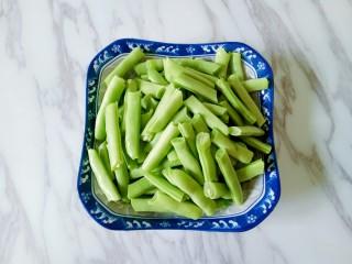 橄欖菜炒四季豆,將四季豆清洗干凈瀝干水份,用手掰成小段