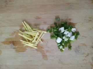 橄欖菜炒四季豆,小蔥切碎,姜切絲