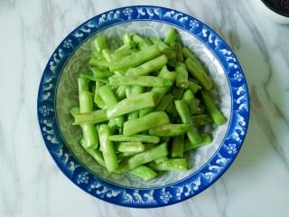 橄欖菜炒四季豆,煸炒至四季豆表面有虎皮即可盛出備用