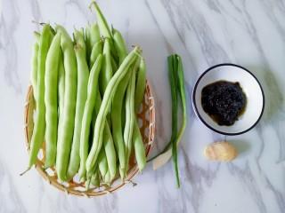 橄欖菜炒四季豆,準備好新鮮食材
