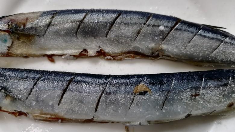 干煎秋刀鱼,秋刀鱼上撒上一层盐