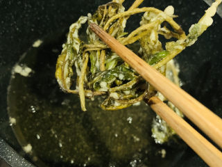 炸香椿魚,兩面微黃,夾起;
