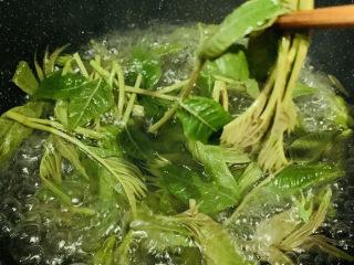 炸香椿魚,鍋加水燒沸,加少許鹽和油,下香椿焯水30秒,撈出;