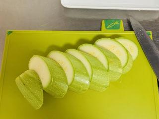 西葫蘆炒木耳,西葫蘆先切成這樣的厚片。