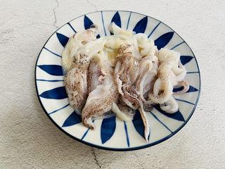 香辣魷魚須,魷魚須處理干凈裝盤備用