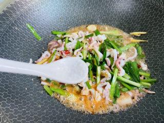 香辣魷魚須,依個人口味加入少許鹽翻炒均勻即可