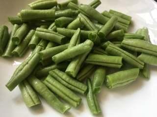 橄欖菜炒四季豆,四季豆切成小段