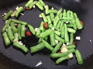 橄欖菜炒四季豆,放入四季豆翻炒片刻